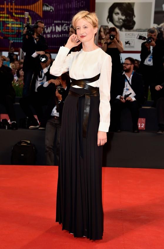 Alba Rohrwacher indossa un abito black and white, di Valentino Haute Couture
