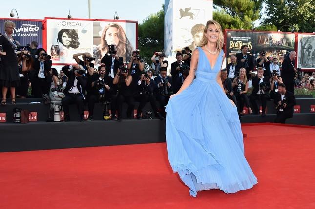 Sveva Alviti con un abito azzurro plissettato, in Alberta Ferretti