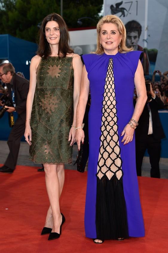 L'attrice francese Catherine Denevue ha scelto di indossare sul red carpet,  un vestito viola dritto, con motivo geometrico romboidale nude, e nero sul fondo. La figlia Chiara Mastroianni invece, opta per un abito con ricami verdi e trasparenze.