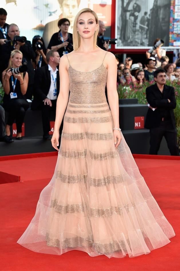 Sarah Gadon, indossa un lungo abito dai toni chiari by Armani Privé