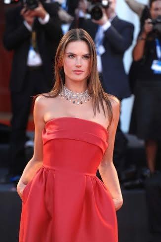 Alessandra Ambrosio sul red carpet con il make up e hairstyle curato da Massimo Serini