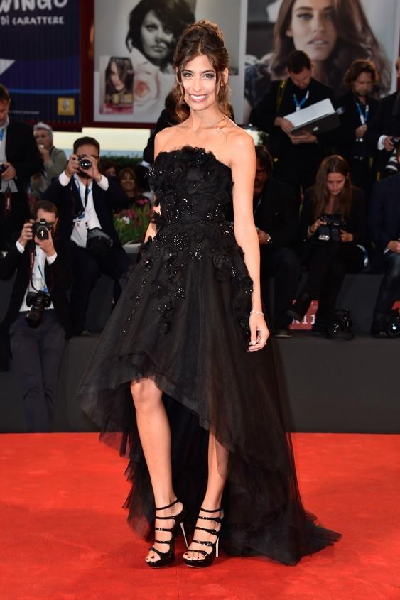 Ariadna Romero, in total black, con un vestito nero asimmetrico