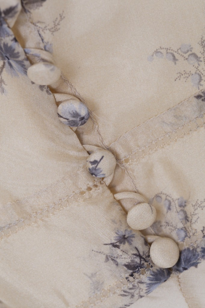 Olga Frua non lascia nulla al caso: dai ricami alle stampe a mano, fino ai dettagli dei bottoni - Agena chiffon in beige