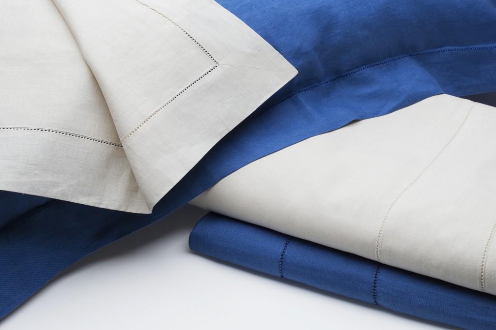 I dettagli ajour campeggiano sulle camicie da notte così come nei complementi letto