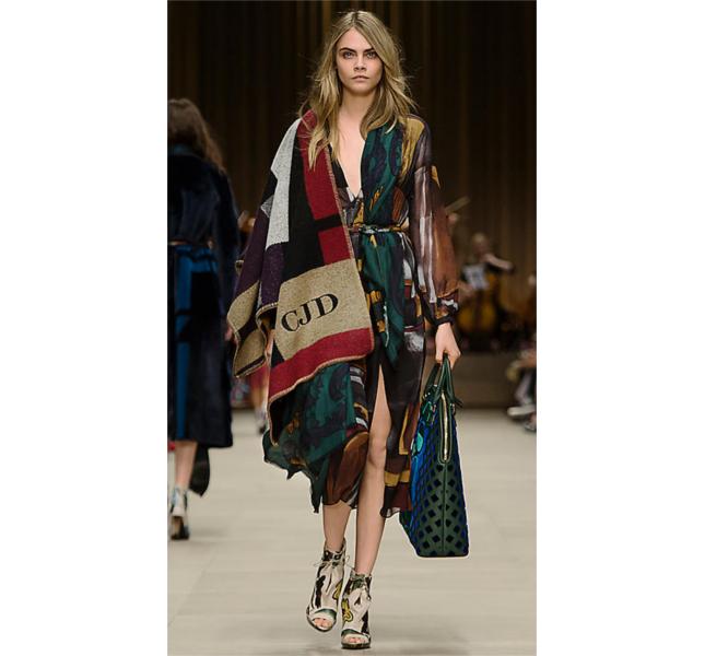 Poncho coperta check a blocchi di colore e abito a punto smock in seta a strati con stampa geometrica / sfilata Burberry fw 2014