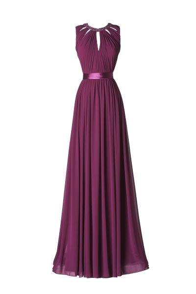 L'abito lungo Albahaca Pronovias presenta una sofisticata scollatura in un audace fucsia