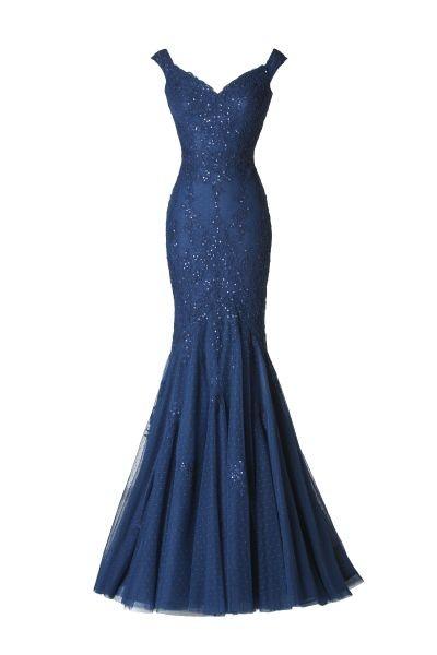 L'abito lungo Aldora di pronovias è blu oltremare e presenta una profonda, ma elegantissima scollatura