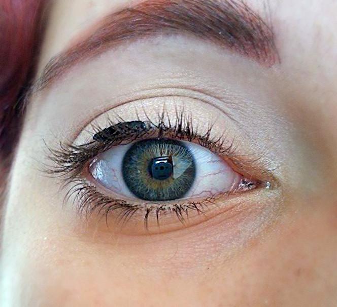 Applicare l'Eyeliner liquido al centro della palpebra