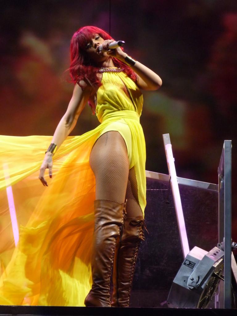 Colorata e vivace nelle tinte del giallo la cantante Rihanna in Tour in Florida