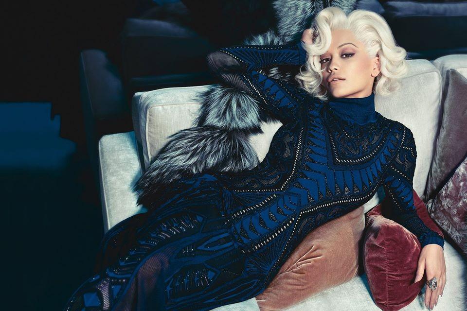 La cantante Rita Ora posa  per Roberto Cavalli nella campagna autunno-inverno 2014-15, con un look che ricorda Marilyn Monroe. Abito longuette, blu e nero, impreziosito da dettagli ricamati
