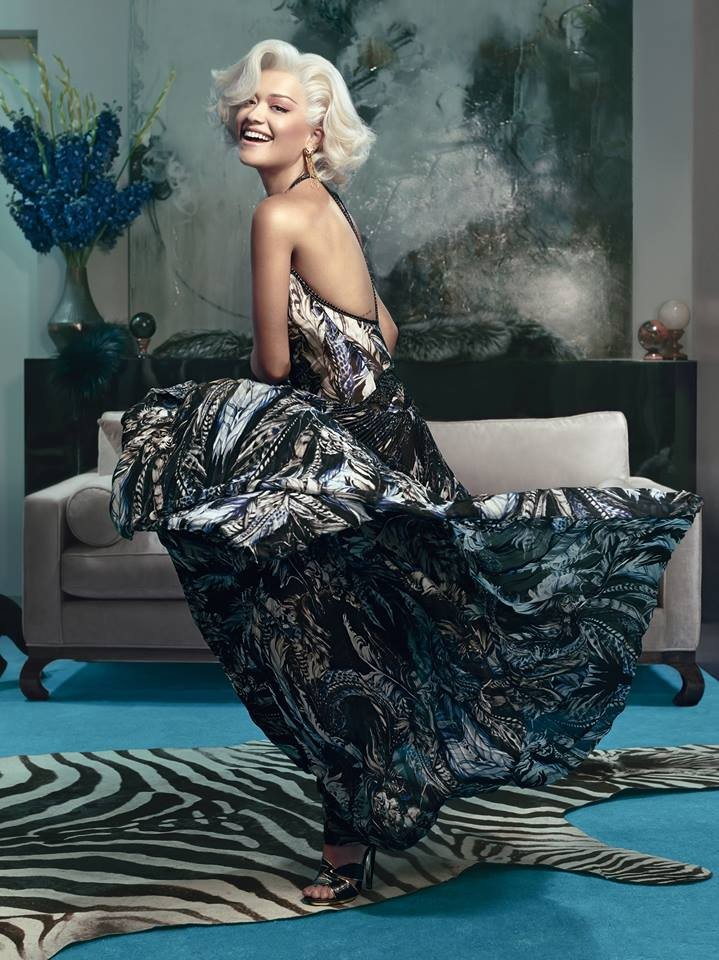 Rita Ora in abito lungo da sera, stampato, con schiena scoperta