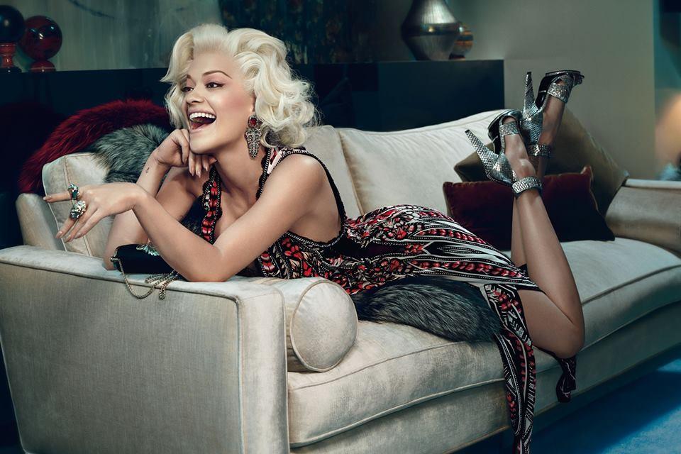 Rita Ora come Marilyn Monroe. Long dress stampato, dal tessuto leggero, nei colori: nero, rosso e dettagli silver