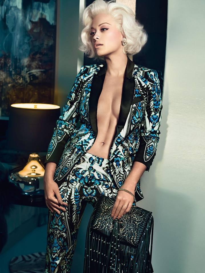 Completo giacca-pantalone, stampato, in stile mannish per Rita Ora, protagonista della campagna di Roberto Cavalli