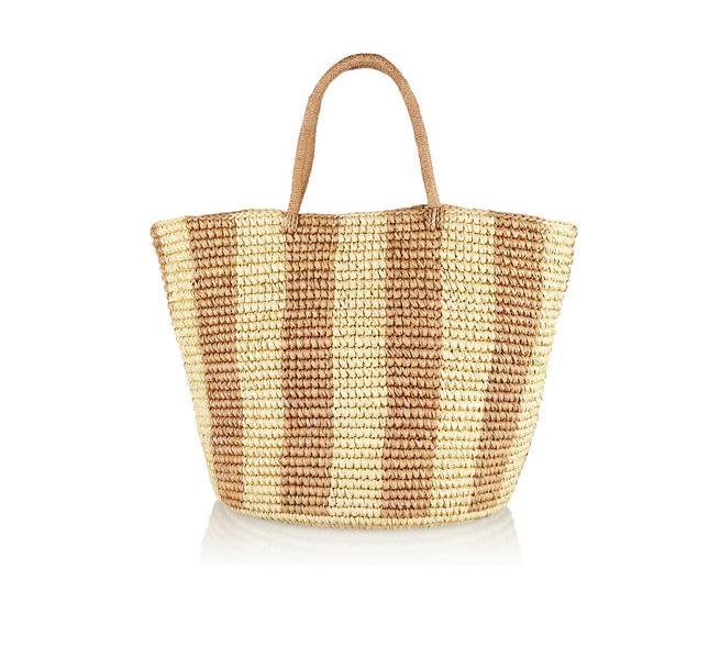 La borsa di paglia, chic e capiente, è un must per il look da spiaggia. Qui il modello di Sensi Studio