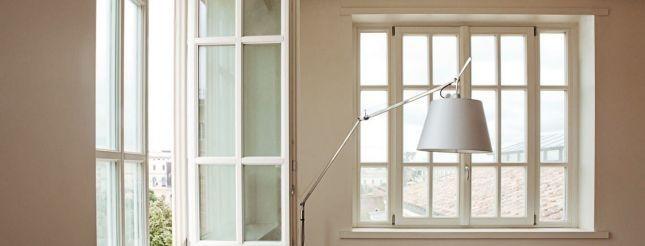 Bello, caldo e versatile, il legno è adatto tanto a una finestra per un ambiente shabby chic...