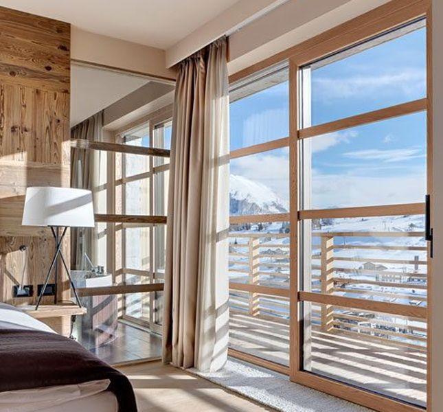 ... o la porta finestra scorrevole di un alloggio in montagna