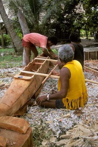 Si lavora alla costruzione di una canoa /wikipedia