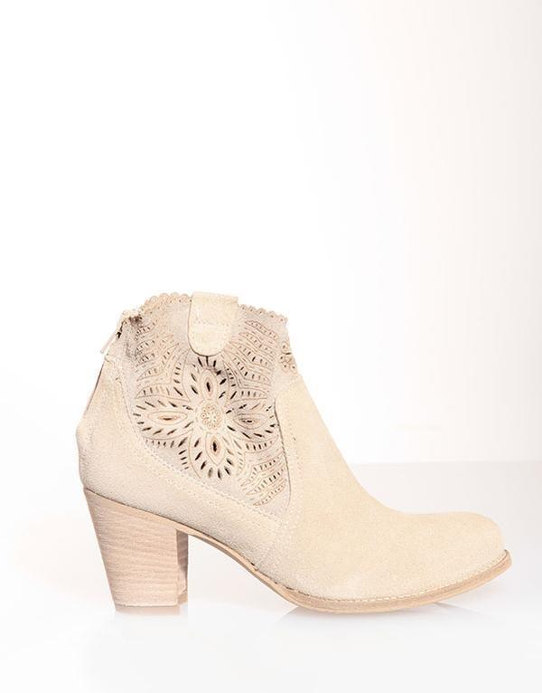 Ankle boots estivo traforato di Pittarello,  modello dallo stile romantico