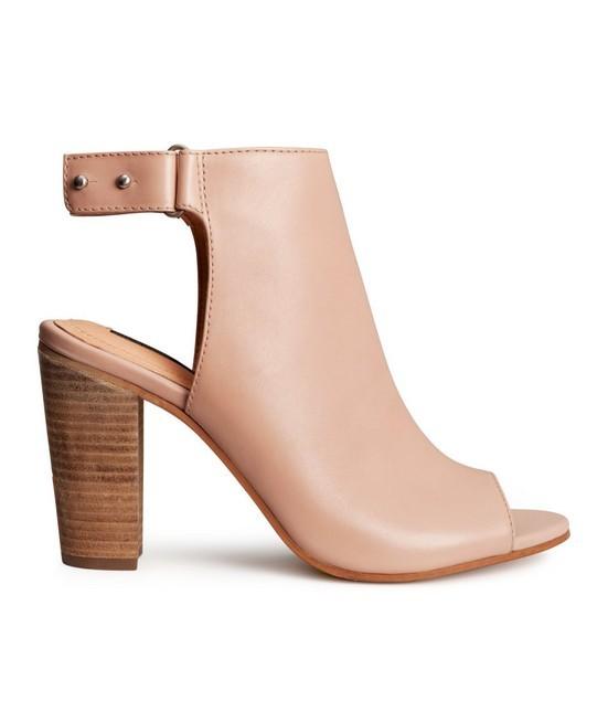 Stivale rosa cipria, modello open toe con tacco, di H&M.