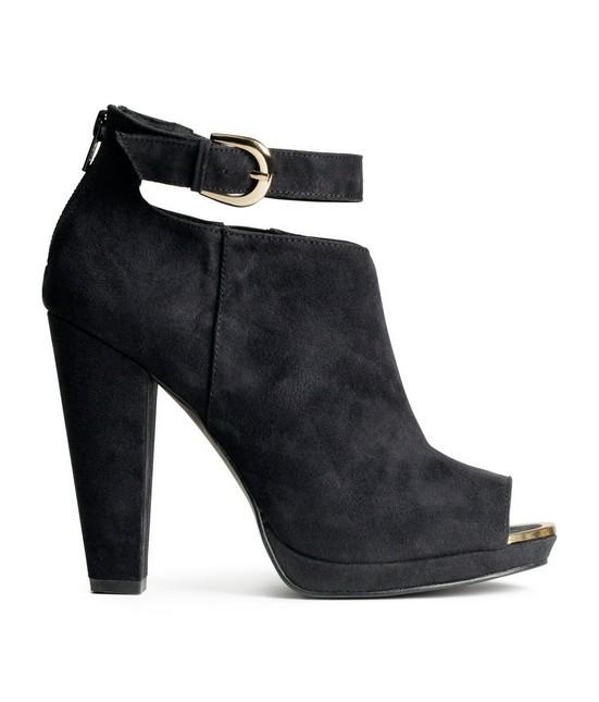 Stivale nero, modello open toe con cintura alla caviglia e tacco alto, di H&M.