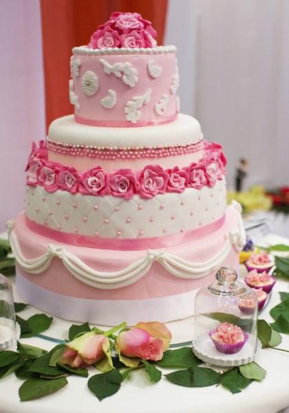 Rosa e fucsia insieme per il tuo matrimonio? Perché no! La torta in pasta di zucchero con tutte le gradazioni del rosa è un'idea romantica e originale