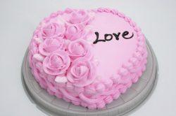 Torta cremosa rosa confetto con rose