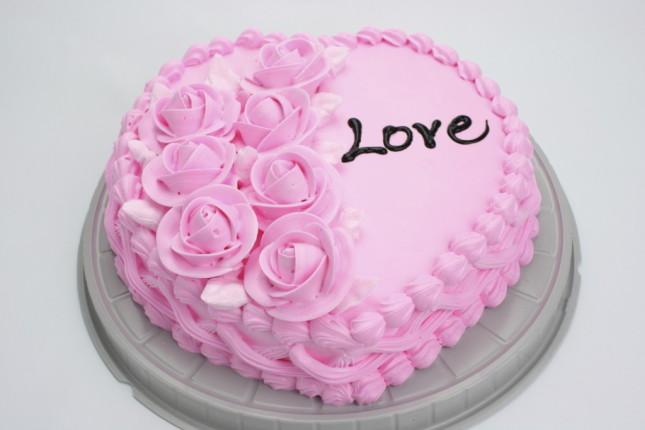 Se le tue nozze saranno all'insegna della semplicità, non ti serve la mano di un pasticcere esperto: stupisci gli invitati con una pink cake fatta da te, cremosa e gustosa, magari a forma di cuore e contornata da tante roselline homemade.