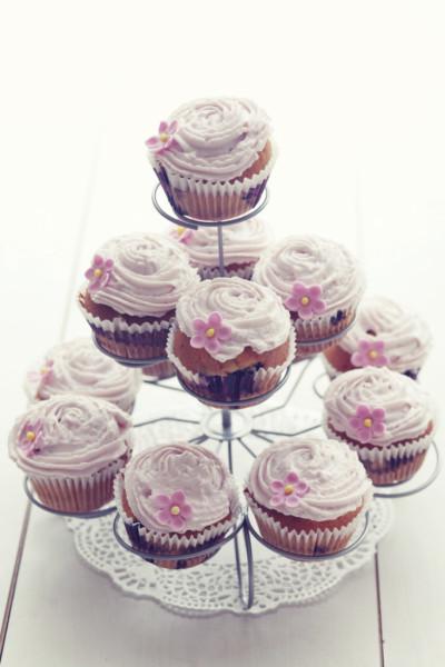 I cupcakes rosa per le tue nozze sono una scelta simpatica e molto originale: invece della solita torta preferisci queste romantiche monoporzioni per aggiungere un tocco glamour al tuo matrimonio