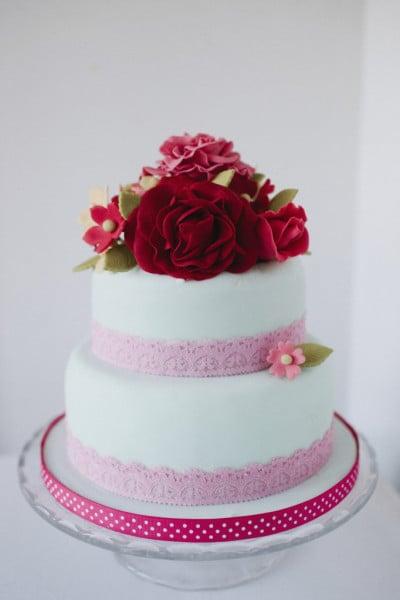 Il rosa e il rosso insieme per il tuo matrimonio? Perché no! La torta nuziale acquista così una nota passionale e glamour in più.
