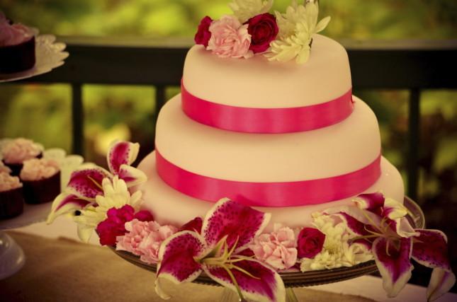 Per regalare alla tua torta nuziale un tocco di glamour e modernità, prova il connubio rosa tenue + fucsia, come questa torta in pasta di zucchero.