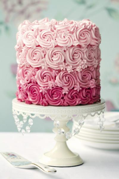 Ed ecco una versione della pink ombre cake: bellissima con l'interno in simil Pan di Spagna colorato gradualmente dal rosa più intenso a quello più tenue, e ricoperta da roselline di frosting al mascarpone, anche queste seguendo la gradazione cromatica del rosa. Un'idea che lascerà senza parole i vostri ospiti.