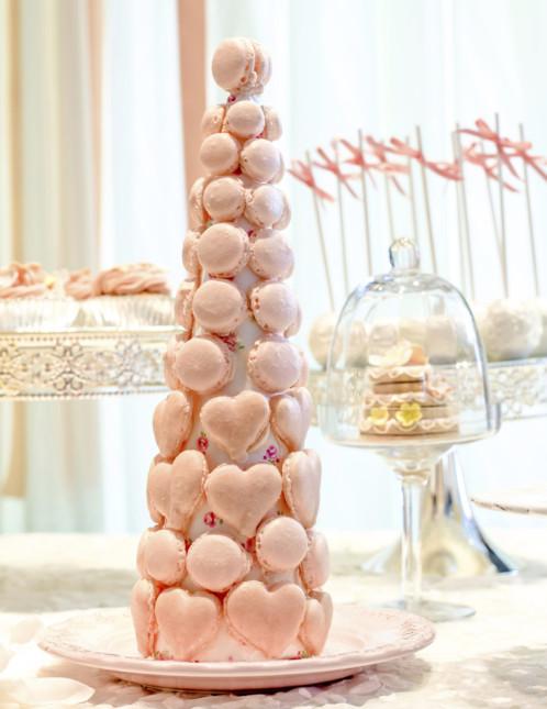 Ecco la scelta più originale per la tua wedding cake: una piramide di golosità con i macaron classici e a forma di cuore, tra atmosfere romantiche e moderne.