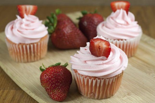 Cupcake con crema rosa al burro o al formaggio, accompagnati con fresche fragole: il dolce ideale per le tue nozze frizzanti e golose.