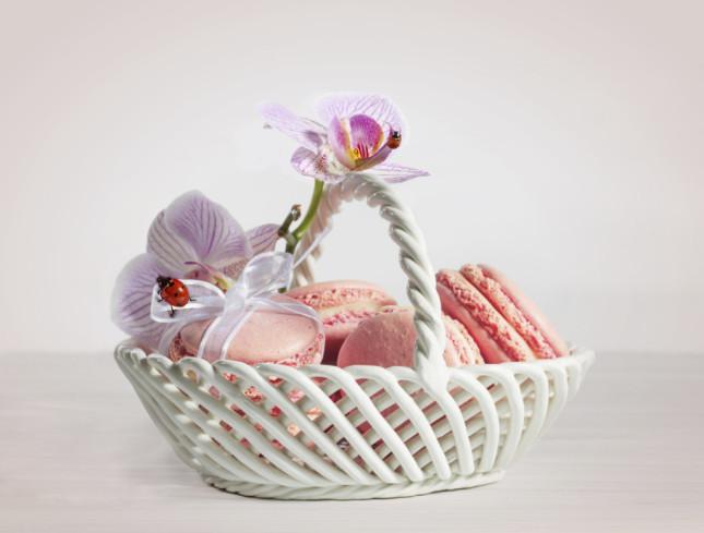 Al momento del dessert, prepara dei cestini di macaron rosa con ripieno di crema rosa su ciascuna tavolata dei tuoi ospiti: una goduria per gli occhi e per il palato!