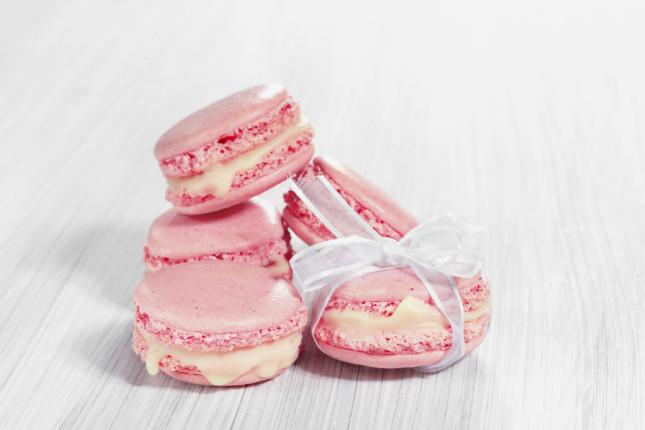 Si sa, ormai i macaron sono la moda dolciaria del momento: per un matrimonio fashion ma allo stesso tempo di gran gusto, scegli i macaron rosa ripieni di crema rosa: un'idea très chic!