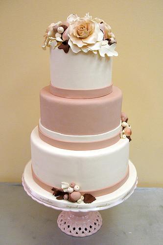 Se il tuo matrimonio è in autunno, perché non ricordare i colori della stagione anche sulla torta? Questa pink cake a tre piani è deliziosa e dalle note romantiche grazie al sodalizio di rosa antico e marrone castagna.