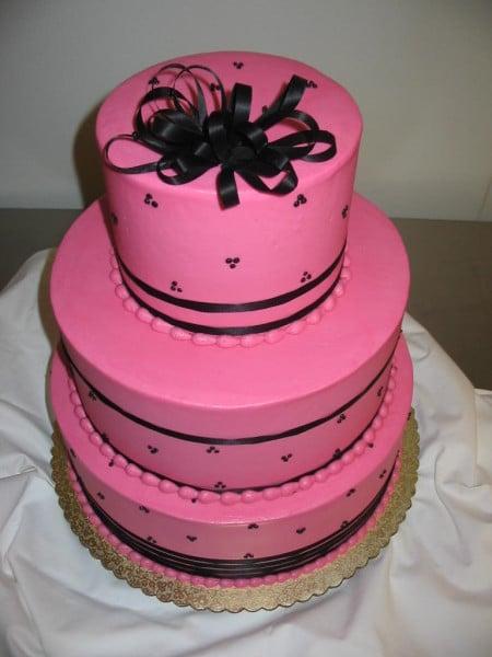 Se ti piace osare, l'accostamento del fucsia al nero per la tua torta nuziale può risultare vincente, offrendo un'atmosfera allegra, energica e di grande tendenza.