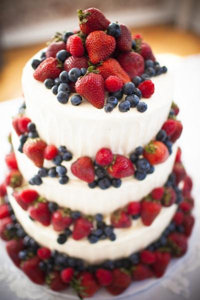 Scegli un dolce che sia bello ma altrettanto goloso per il tuo matrimonio: la cheese cake a tre strati decorata con frutta fresca nei toni del rosso e del rosa è l'ideale per stupire i tuoi amici con una torta perché no, anche homemade!