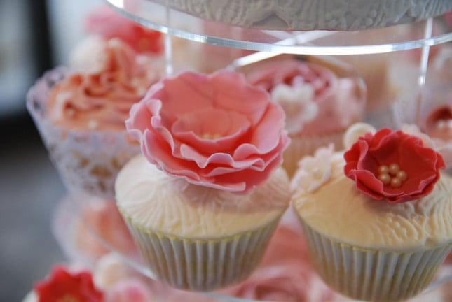 Cupcake originali per il tuo matrimonio? Sceglili con una base in tortino bianco ricoperto da una rosa di zucchero, per un tocco di romanticismo!