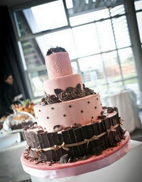 In questa variante di pink cake, il cioccolato si sposa perfettamente con i sapori della torta a quattro piani, una scelta golosa che metterà l'acquolina a tutti gli ospiti!
