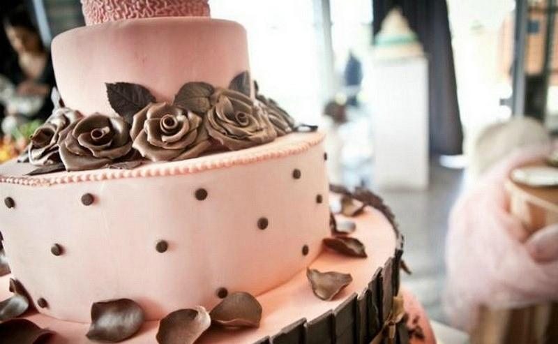 Particolare della pink cake con roselline, gocce e scaglie di cioccolato.