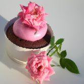 Cupcake al cioccolato e crema al burro rosa