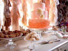 Torta rosa a tre piani con ruffle cake alla base
