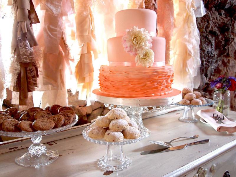Raffinatissima questa versione della pink cake: costruita su tre piani di pasta di zucchero color rosa cipria, la base è una ruffle cake con una gradazione di rosa dal salmone al rosa chiaro. Decora con qualche gerbera e il successo è assicurato.