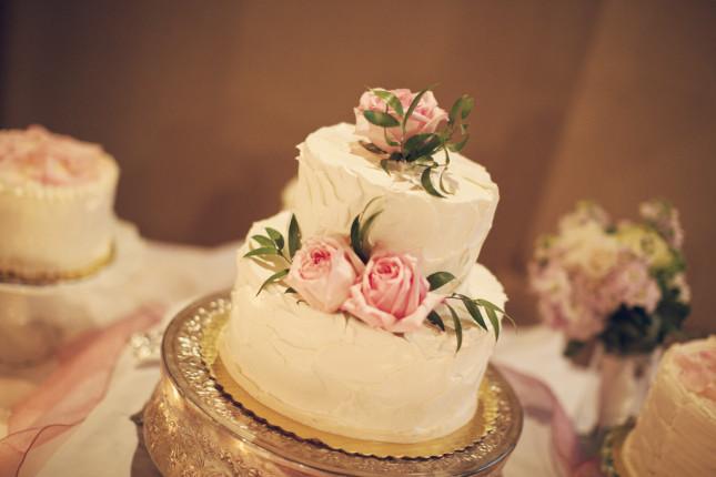 Torta rosa con fiori rosa e foglie verdi