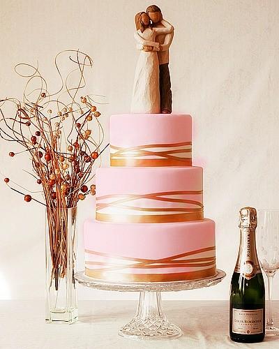 Una scelta elegantissima che ricorda l'opulenza delle grandi corti: prova ad abbinare il rosa con il dorato per la tua torta nuziale!