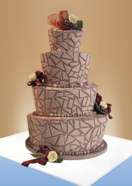Torta rosa antico con mosaico in pasta di zucchero, a quattro piani concentrici di diversa inclinazione e diametro. Una torta così stupirebbe persino il genio artistico Tim Burton.