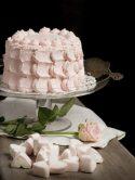 Torta con crema rosa e cuoricini di marshmallow