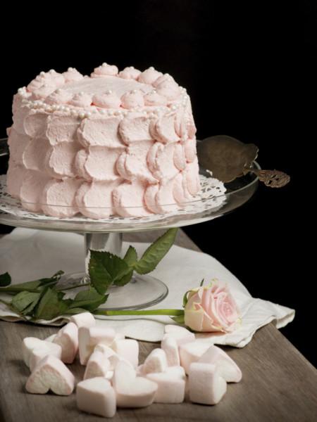 La scalloped cake, con panna rosa cipria stesa tutt'intorno con sac a poche, è un'idea molto raffinata e con un leggero accenno retro. Abbinala con una miriade di cuoricini di marshmallow per un tocco glamour.