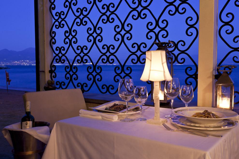 Il ristorante si trova in Villa Caracciolo. L'ampia terrazza sul livello del mare completa un quadro già romanticissimo